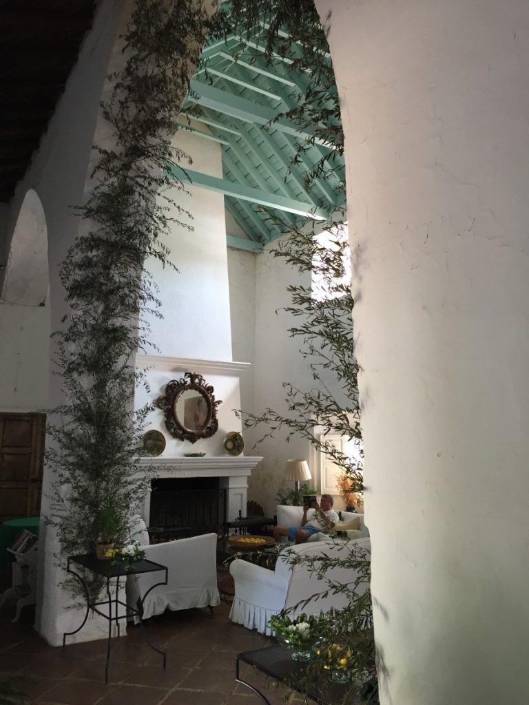 Crazy for this branch-decorated arch in Trasierra's living room.