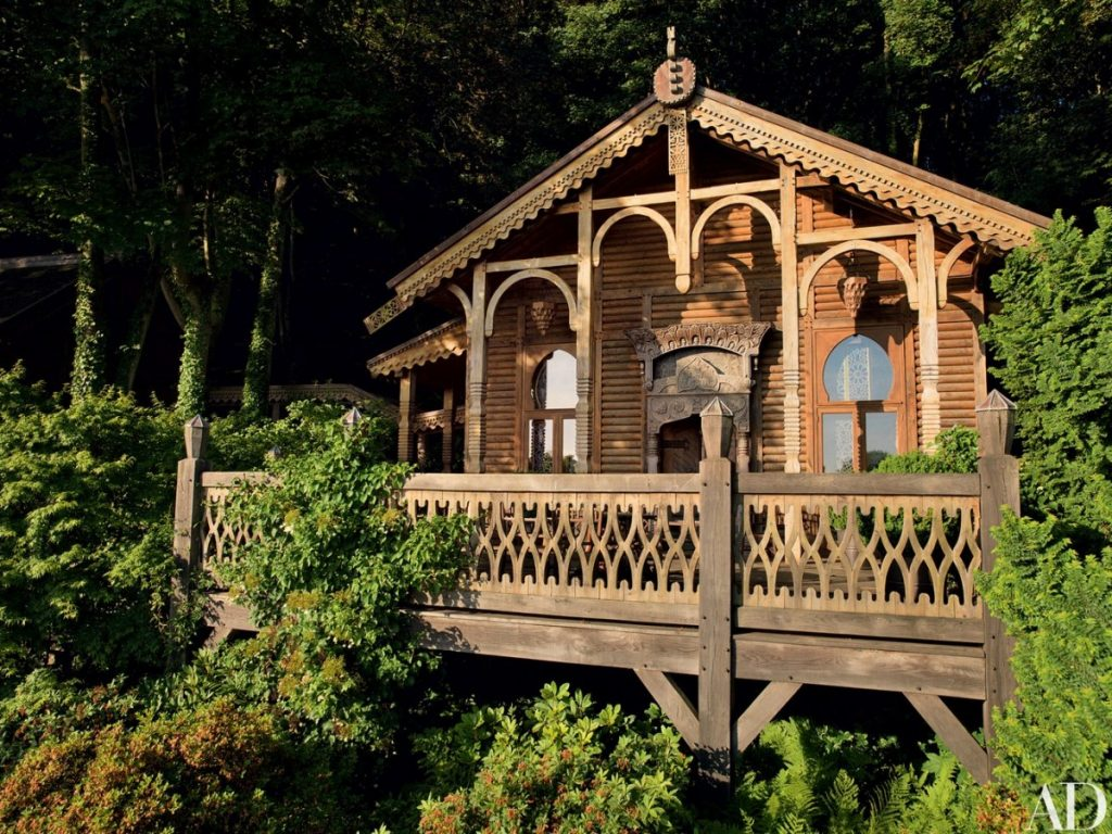Jacques Grange imagined the log datcha inspired by 19th century lacy wood country cottages. (Photo: Pascal Chevallier)