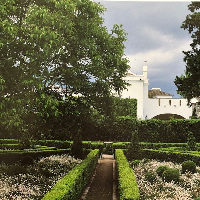 A Portuguese garden with a glimpse of the quinta beyond. (Photo: Vincent Motte)