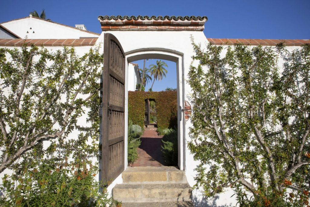 Side entrance to Casa del Herrero by George Washington Smith, Montecito. (Photo: C magazine)
