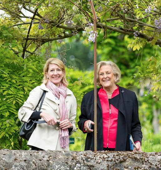 Elizabeth and her mother Carolyn in France. (Photo: @frenchaffaires)